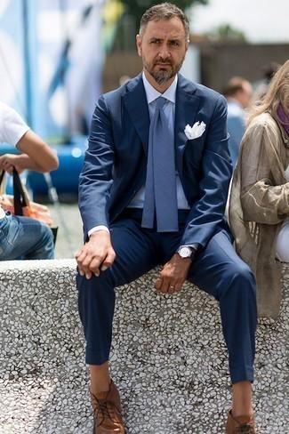 Outfits hombres: Utiliza un traje azul marino y una camisa de vestir de rayas verticales celeste para un perfil clásico y refinado. ¿Quieres elegir un zapato informal? Complementa tu atuendo con botas safari de cuero marrónes para el día.
