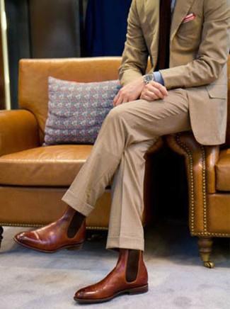 Cómo combinar: traje marrón claro, camisa de vestir de rayas verticales azul, botines chelsea de cuero marrónes, corbata burdeos