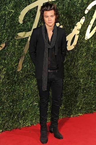 Look de Harry Styles: Traje Negro, Camisa de Vestir Negra, Botines Chelsea de Ante en Marrón Oscuro, Bufanda a Lunares Negra
