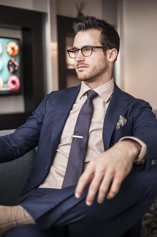 Cómo combinar: traje azul marino, camisa de vestir a cuadros en beige, corbata estampada morado oscuro, pañuelo de bolsillo de paisley verde oscuro