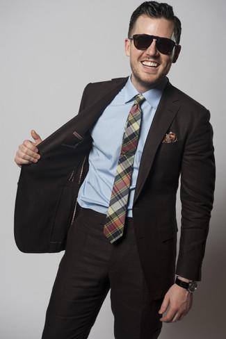 Cómo combinar: traje en marrón oscuro, camisa de vestir celeste, corbata de tartán verde, pañuelo de bolsillo estampado rojo