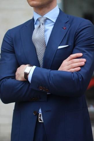 Cómo combinar un traje azul marino: Empareja un traje azul marino junto a una camisa de vestir celeste para una apariencia clásica y elegante.