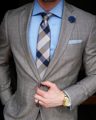 Cómo combinar un traje a cuadros marrón: Haz de un traje a cuadros marrón y una camisa de vestir celeste tu atuendo para una apariencia clásica y elegante.