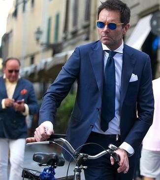 Cómo combinar: traje azul marino, camisa de vestir blanca, corbata azul marino, pañuelo de bolsillo blanco