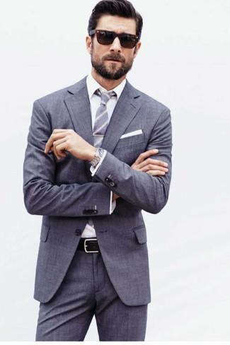 Cómo combinar: traje gris, camisa de vestir blanca, corbata de rayas verticales gris, pañuelo de bolsillo blanco