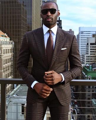 Cómo combinar: traje de tartán en marrón oscuro, camisa de vestir blanca, corbata a lunares en marrón oscuro, pañuelo de bolsillo blanco