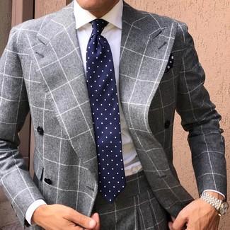 Cómo combinar: traje a cuadros gris, camisa de vestir blanca, corbata a lunares azul marino, pañuelo de bolsillo con print de flores azul marino