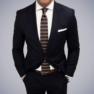 Cómo combinar: traje negro, camisa de vestir blanca, corbata de rayas horizontales azul marino, pañuelo de bolsillo blanco