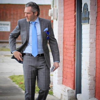 Cómo combinar: traje de tartán gris, camisa de vestir celeste, corbata en turquesa, pañuelo de bolsillo celeste