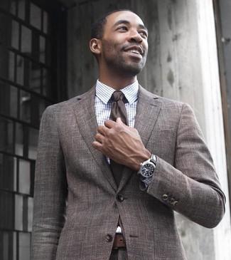 Cómo combinar: traje de lana marrón, camisa de vestir a cuadros blanca, corbata en marrón oscuro, correa de cuero en marrón oscuro