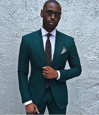 Cómo combinar: traje en verde azulado, camisa de vestir blanca, corbata a lunares en negro y blanco, pañuelo de bolsillo de rayas horizontales en negro y blanco