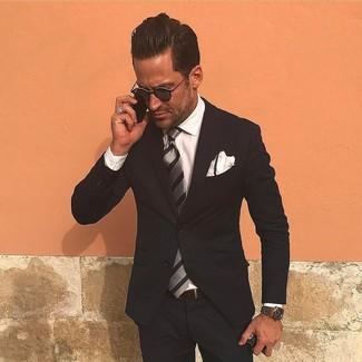 Cómo combinar: traje negro, camisa de vestir blanca, corbata de rayas verticales gris, pañuelo de bolsillo blanco