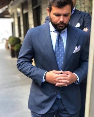 Cómo combinar: traje azul marino, camisa de vestir de cuadro vichy celeste, corbata a lunares azul, pañuelo de bolsillo blanco