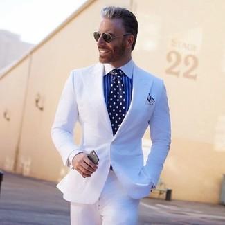 Cómo combinar: traje blanco, camisa de vestir de rayas verticales en blanco y azul, corbata a lunares en azul marino y blanco, pañuelo de bolsillo blanco