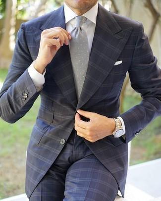 Cómo combinar: traje a cuadros en gris oscuro, camisa de vestir blanca, corbata a lunares gris, pañuelo de bolsillo blanco