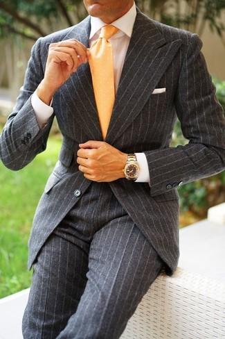 Cómo combinar: traje de lana de rayas verticales en gris oscuro, camisa de vestir blanca, corbata a lunares amarilla, pañuelo de bolsillo blanco