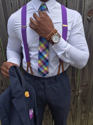 Cómo combinar: traje en gris oscuro, camisa de vestir blanca, corbata de tartán en multicolor, pañuelo de bolsillo morado