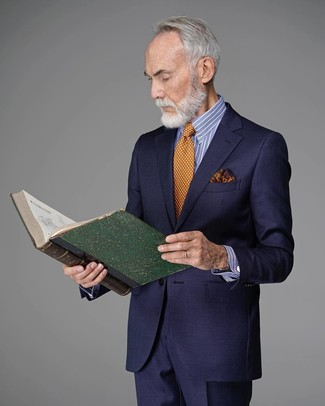 Cómo combinar: traje azul marino, camisa de vestir de rayas verticales en blanco y azul, corbata a lunares naranja, pañuelo de bolsillo estampado naranja