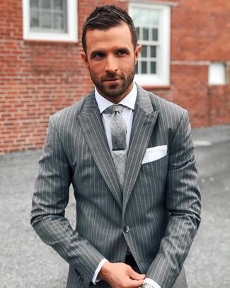 Cómo combinar: traje de rayas verticales gris, camisa de vestir blanca, corbata gris, pañuelo de bolsillo blanco
