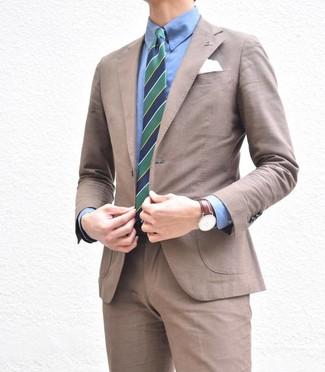 Cómo combinar: traje marrón, camisa de vestir azul, corbata de rayas verticales en azul marino y verde, pañuelo de bolsillo blanco