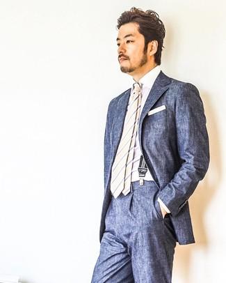 Cómo combinar: traje azul marino, camisa de vestir blanca, corbata de rayas verticales en beige, pañuelo de bolsillo blanco