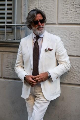 Cómo combinar: traje de lino blanco, camisa de vestir blanca, corbata en marrón oscuro, pañuelo de bolsillo estampado marrón