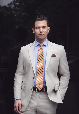 Cómo combinar: traje en beige, camisa de vestir de cambray celeste, corbata de rayas horizontales naranja, pañuelo de bolsillo estampado burdeos