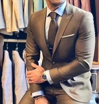 Cómo combinar una corbata de punto marrón: Haz de un traje marrón y una corbata de punto marrón tu atuendo para rebosar clase y sofisticación.
