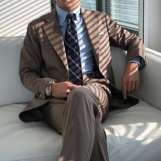 Cómo combinar una corbata de rayas verticales azul marino: Emparejar un traje marrón con una corbata de rayas verticales azul marino es una opción inmejorable para una apariencia clásica y refinada.