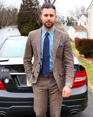 Cómo combinar un pañuelo de bolsillo azul: Ponte un traje de tartán marrón y un pañuelo de bolsillo azul para una vestimenta cómoda que queda muy bien junta.