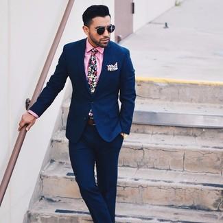 Cómo combinar: traje azul marino, camisa de vestir rosada, corbata con print de flores azul marino, pañuelo de bolsillo con print de flores blanco