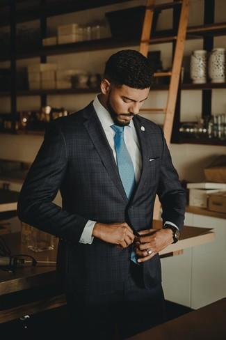 Cómo combinar: traje de tartán en gris oscuro, camisa de vestir blanca, corbata en turquesa, pañuelo de bolsillo blanco