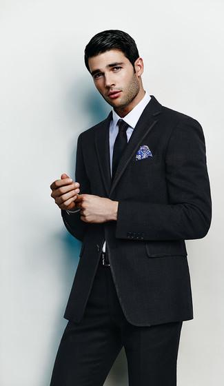 Cómo combinar: traje negro, camisa de vestir blanca, corbata negra, pañuelo de bolsillo estampado azul