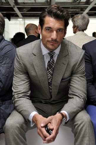 Cómo combinar: traje gris, camisa de vestir blanca, corbata de tartán en gris oscuro, pañuelo de bolsillo en gris oscuro