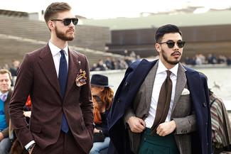 Cómo combinar: traje de lana en marrón oscuro, camisa de vestir blanca, corbata azul marino, pañuelo de bolsillo estampado burdeos