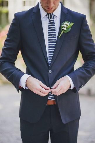 34afa04908c00 Cómo combinar una corbata de rayas horizontales en azul marino y ...
