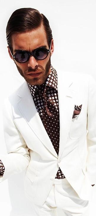 Cómo combinar: traje blanco, camisa de vestir a lunares en marrón oscuro, corbata a lunares en marrón oscuro, pañuelo de bolsillo a lunares en marrón oscuro