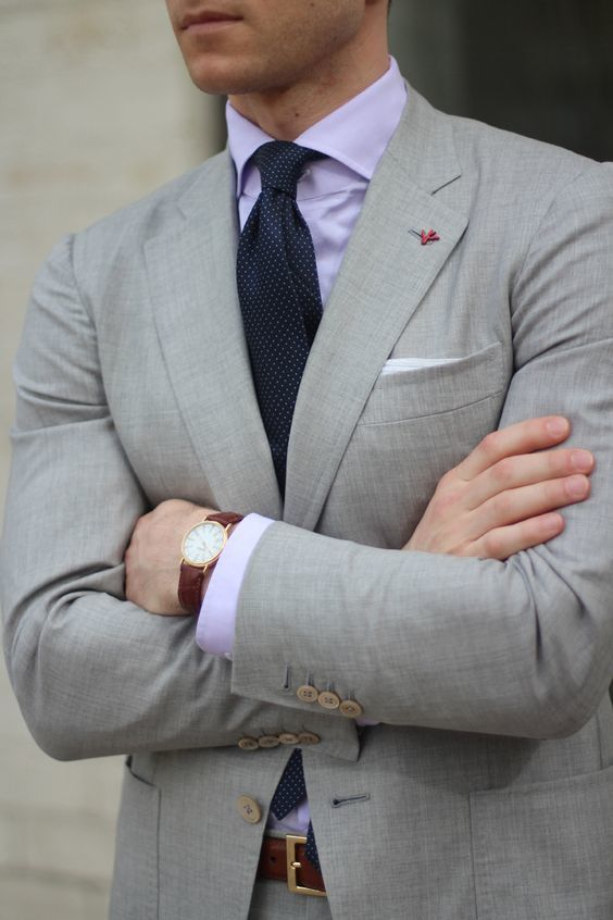 Cómo combinar un traje plateado con una camisa de vestir morado (7 ... ae1f8f90dcf