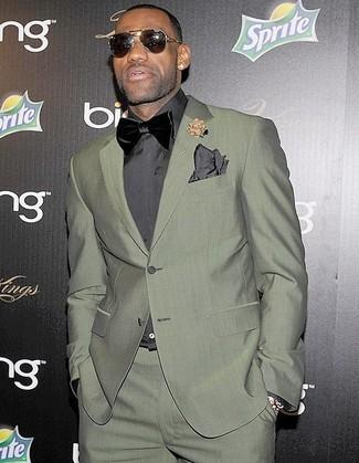 Cómo combinar: traje verde oliva, camisa de vestir en gris oscuro, corbatín de terciopelo negro, pañuelo de bolsillo en gris oscuro