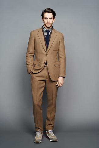 Cómo combinar: traje de lana marrón claro, camisa de vestir de tartán verde oscuro, deportivas verde oliva, corbata azul marino