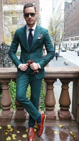 Cómo combinar: traje en verde azulado, camisa de vestir blanca, mocasín con borlas de cuero en tabaco, corbata azul marino