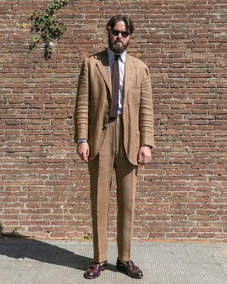 Cómo combinar: traje marrón, camisa de vestir de rayas verticales blanca, mocasín con borlas de cuero burdeos, corbata de punto en marrón oscuro