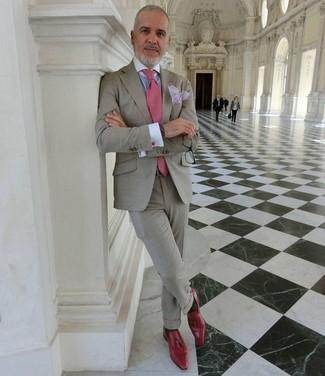 Cómo combinar un pañuelo de bolsillo violeta claro: Utiliza un traje gris y un pañuelo de bolsillo violeta claro para lidiar sin esfuerzo con lo que sea que te traiga el día. ¿Te sientes valiente? Complementa tu atuendo con mocasín con borlas de cuero rojo.