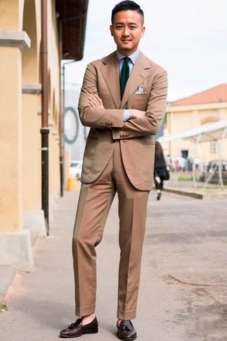Cómo combinar: traje marrón claro, camisa de vestir celeste, mocasín con borlas de cuero en marrón oscuro, corbata de rayas verticales en azul marino y verde