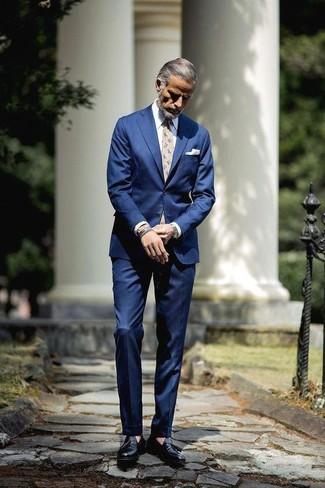 Cómo combinar: traje azul, camisa de vestir blanca, mocasín con borlas de cuero negro, corbata con print de flores en beige