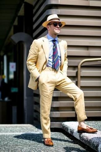 Cómo combinar: traje amarillo, camisa de vestir celeste, mocasín con borlas de cuero marrón, sombrero de paja marrón claro