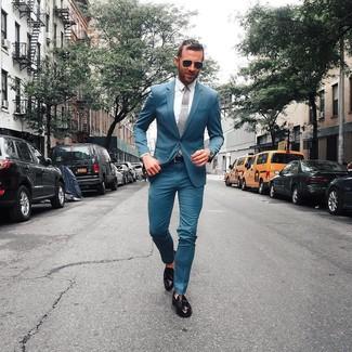 Cómo combinar: traje en verde azulado, camisa de vestir blanca, mocasín con borlas de cuero negro, corbata gris