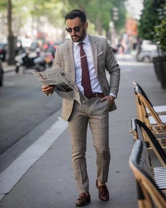 Cómo combinar: traje de tartán marrón, camisa de vestir blanca, mocasín con borlas de cuero en marrón oscuro, corbata a lunares burdeos