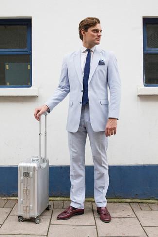 Cómo combinar: traje de seersucker celeste, camisa de vestir blanca, mocasín con borlas de cuero burdeos, corbata azul marino