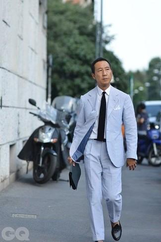Cómo combinar: traje de seersucker celeste, camisa de vestir blanca, mocasín con borlas de cuero negro, corbata de punto negra